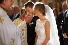 Cerimônia de casamento clássica de noivos luxuosos novos à moda Fotografia de Stock Royalty Free