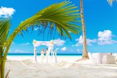 Cerimônia de casamento em uma praia tropical no branco Noivo feliz e b Imagens de Stock