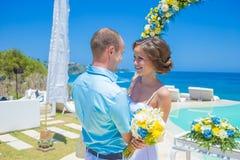 Cerimônia de casamento na linha tropical da costa imagem de stock