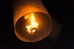 Cerimônia de flutuação das lanternas ou cerimônia de Yeepeng, cerimônia tradicional de Lanna Buddhist em Chiang Mai, Tailândia Fotografia de Stock Royalty Free