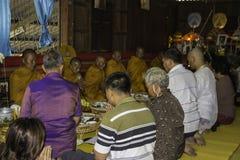 Cerimônias religiosas e classificação dos homens a uma monge de Tailândia Isaan Fotografia de Stock Royalty Free