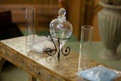Cerimonia della sabbia di nozze con il vaso di vetro del cuore Fotografie Stock