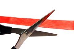cerimonia di apertura: forbici che tagliano un nastro rosso fotografia stock