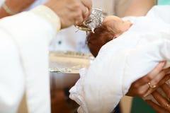 Cerimonia di battesimo in chiesa Fuoco selettivo il concetto di Cristianità fotografie stock libere da diritti