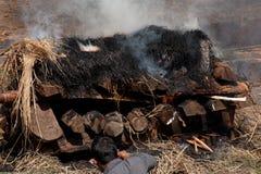 Cerimonia di cremazione al tempio di Pashupatinath. Il Nepal Fotografie Stock Libere da Diritti