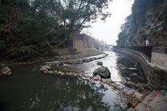 Cerimonia di cremazione lungo il fiume santo di Bagmati in Bhasmeshvar Ghat al tempio di Pashupatinath fotografia stock