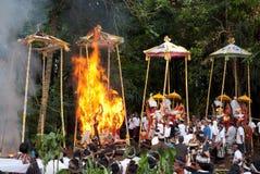 Cerimonia di cremazione: pyres funerei su fuoco Immagine Stock
