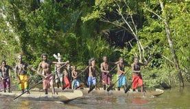 Cerimonia di guerra della canoa della gente di Asmat Cacciari teste di una tribù di Asmat Fotografia Stock