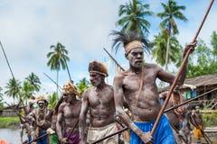 Cerimonia di guerra della canoa della gente di Asmat Cacciari teste di una tribù di Asmat Immagine Stock
