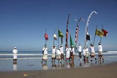Cerimonia di Melasti alla spiaggia di Bali Fotografie Stock