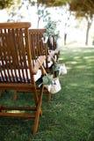 Cerimonia di nozze, decorazione Sedie e canestri di legno Fotografie Stock Libere da Diritti