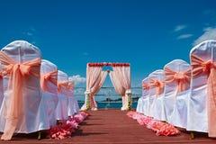 Cerimonia di nozze nello stile marino nel colore di corallo immagini stock