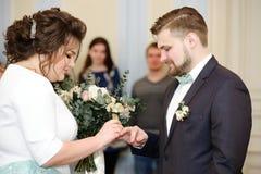 Cerimonia di nozze in un'anagrafe Fotografia Stock