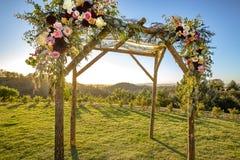 Cerimonia di cerimonia nuziale ebrea di tradizioni Chuppah o huppah del baldacchino di nozze con i chiari cieli Fotografia Stock Libera da Diritti