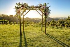 Cerimonia di cerimonia nuziale ebrea di tradizioni Chuppah o huppah del baldacchino di nozze con il sole dietro  Fotografie Stock