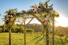 Cerimonia di cerimonia nuziale ebrea di tradizioni Chuppah o huppah del baldacchino di nozze con luce dorata Immagini Stock Libere da Diritti
