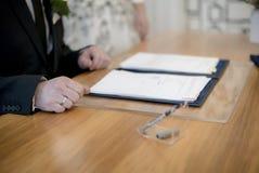 Cerimonia di Signatur alle nozze fotografie stock