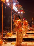 Cerimonia di tramonto a città santa di Varanasi in India Fotografie Stock Libere da Diritti
