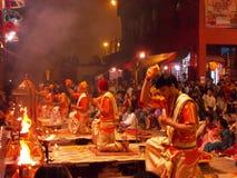 Cerimonia di tramonto a città santa di Varanasi in India Immagini Stock
