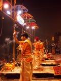 Cerimonia di tramonto a città santa di Varanasi in India Fotografie Stock