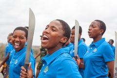 Cerimonia di Umhlanga Reed Dance, rito nazionale tradizionale annuale, uno di una celebrazione di otto giorni, giovani ragazze ve immagini stock