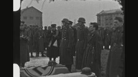 Cerimonia funerea militare di And Soldiers At del sacerdote stock footage