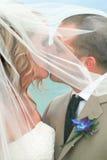 Cerimonia nuziale di spiaggia: Il bacio Fotografie Stock Libere da Diritti