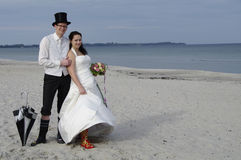 Cerimonia nuziale divertente alla spiaggia Fotografie Stock Libere da Diritti