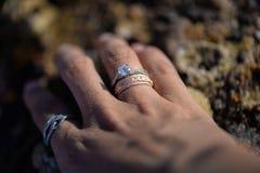 Cerimonia nuziale e anelli di fidanzamento fotografia stock