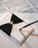 Cerimonia nuziale o libro e penna di ospite Immagini Stock Libere da Diritti
