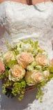 Cerimonia nuziale, particolare di una sposa con le rose dell'albicocca Fotografia Stock