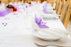 Cerimonia nuziale viola o tabella di ricezione Fotografie Stock