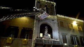 Cerimonia religiosa tradizionale per la festività dell'immacolata concezione: tributo floreale dei vigili del fuoco italiani stock footage