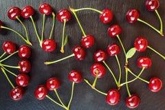Cerise Cerise rouge Les merises fraîches avec des baisses de l'eau, se ferment  concept sain de nourriture, foyer mou Photos libres de droits