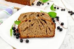 Cerise d'oiseau de gâteau de fruits secs dans le plat à bord Images stock