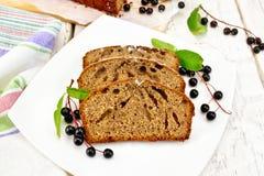 Cerise d'oiseau de gâteau de fruits secs dans le plat sur le conseil léger Image libre de droits