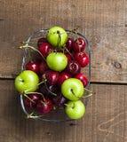 Cerise et prunes vertes dans le plat de regard merveilleux, cerise et prunes en fruit d'été les peintures de cerise les plus merv Photos stock