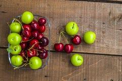 Cerise et prunes vertes dans le plat de regard merveilleux, cerise et prunes en fruit d'été les peintures de cerise les plus merv Images stock