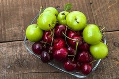 Cerise et prunes vertes dans le plat de regard merveilleux, cerise et prunes en fruit d'été les peintures de cerise les plus merv Image stock