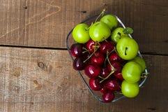 Cerise et prunes vertes dans le plat de regard merveilleux, cerise et prunes en fruit d'été les peintures de cerise les plus merv Photos libres de droits
