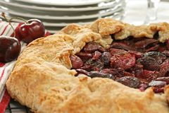 Cerise fraîche Crostata - horizontal Photos stock