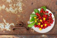 Cerises, baies de fruit, fruits mûrs et juteux de récolte L'espace supérieur de copie Fond de nourriture images stock