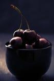 Cerises dans la cuvette noire Photo libre de droits