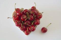 Cerises dans une cuvette en forme de coeur Photographie stock
