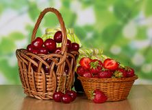 Cerises et fraises dans les paniers Photographie stock libre de droits