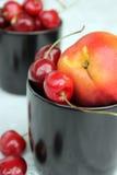 Cerises et nectarines Photo libre de droits