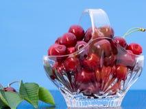 Cerises fraîchement sélectionnées dans un panier en cristal Images libres de droits