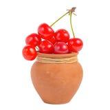 Cerises mûres rouges dans le pot d'isolement sur le fond blanc Photos stock