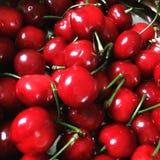 Cerises rouges créant un fond intéressant Photo libre de droits