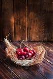Cerises sur le fond en bois Photo stock